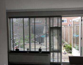 raamdecoratie strijbosch - Houten jaloezieën grijs