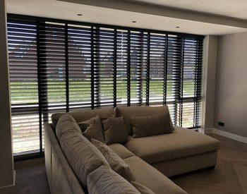 raamdecoratie strijbosch - houten jaloezieën zwart 70mm
