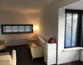 raamdecoratie strijbosch - houten jaloezieën zwart kopie 6