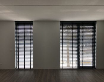 raamdecoratie strijbosch - houten jaloezieën zwart kopie 7