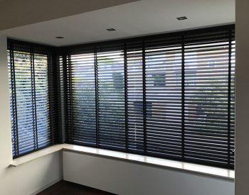 raamdecoratie strijbosch - houten jaloezieën zwart kopie 8