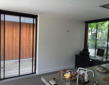 raamdecoratie strijbosch - houten jaloezieën zwart kopie 9