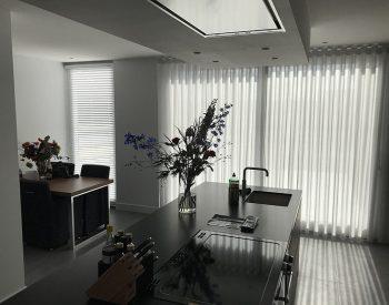 raamdecoratie strijbosch - inbetween waveplooi met houten jaloezieën wit