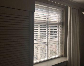 raamdecoratie-strijbosch-overgordijn-met-houten-jaloezie-2