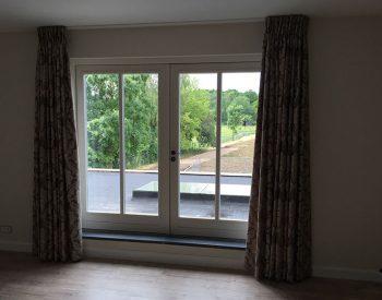 raamdecoratie-strijbosch-overgordijn-met-patroon-en-vlinderplooi
